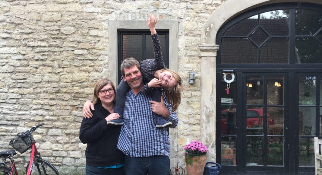 © weidefunk. Familie Hillmann vor ihrem Haus.
